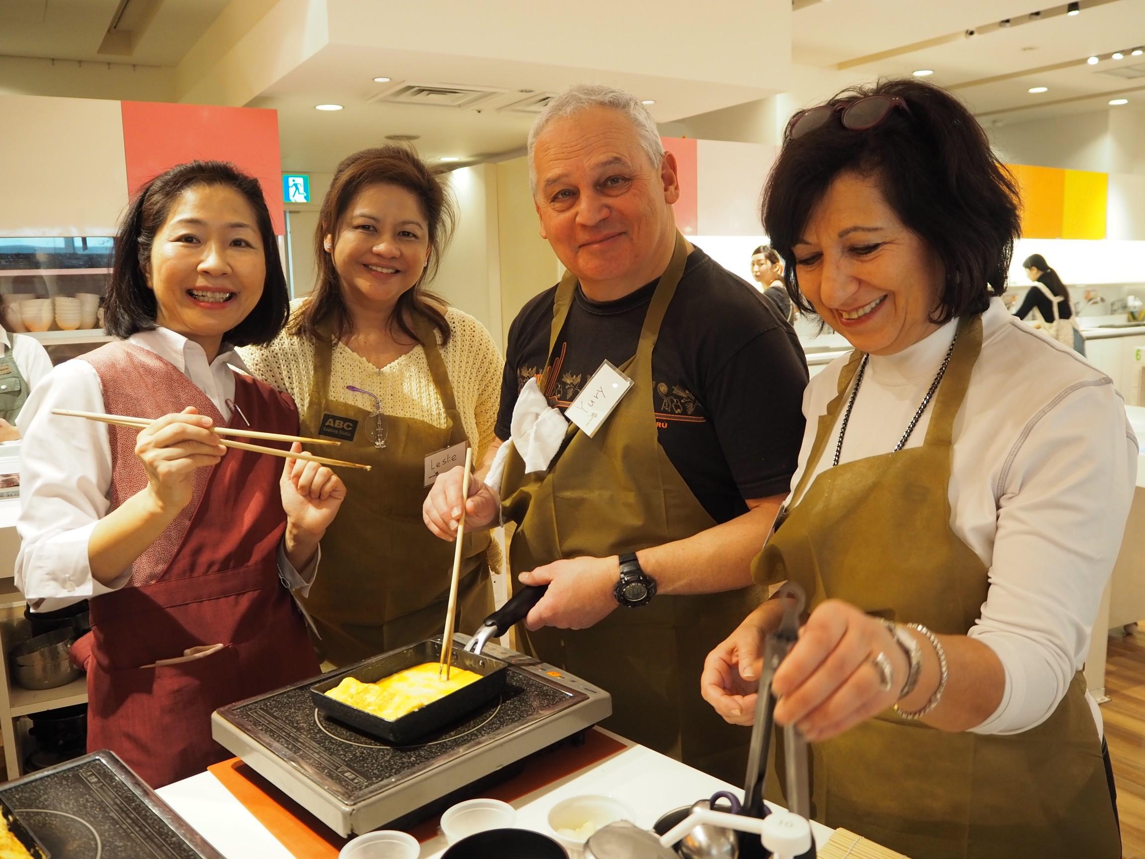 [AM] Tsukiji Outer Fish Market Tour + Rolled Sushi Cooking Class